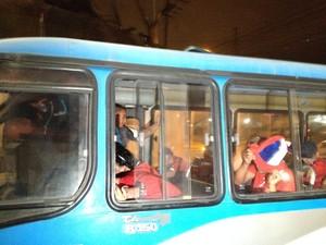Três ônibus levaram detidos para a Cidade da Polícia (Foto: Henrique Coelho / G1)