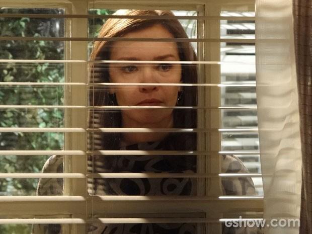 Helena vê tudo escondida e saca a intenção do primo (Foto: Em Família/TV Globo)