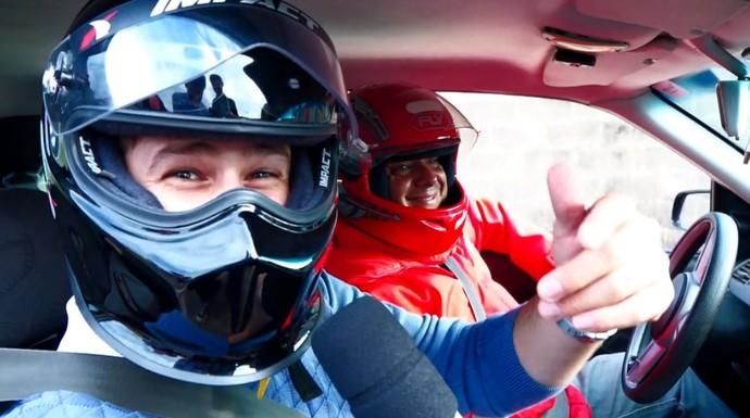 Pedro Leonardo sente a emoção de entrar em um carro de arrancada (Foto: reprodução EPTV)