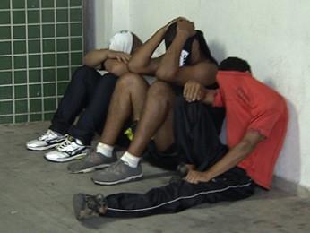 Três dos quatro detidos no bairro Serrano, antes do jogo entre Atlético-MG e Cruzeiro. (Foto: Reprodução/ TV Globo)