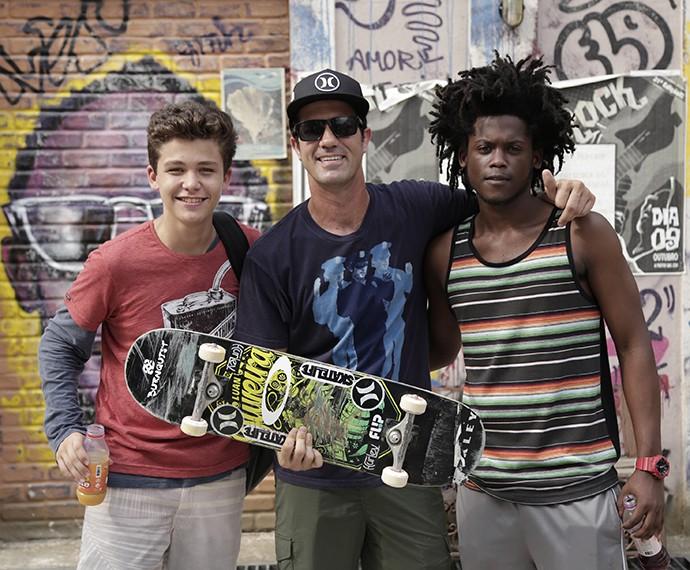 Skatista ao lado dos atores Gabriel Kaufmann e Maicon Rodrigues (Foto: Raphael Dias/Gshow)