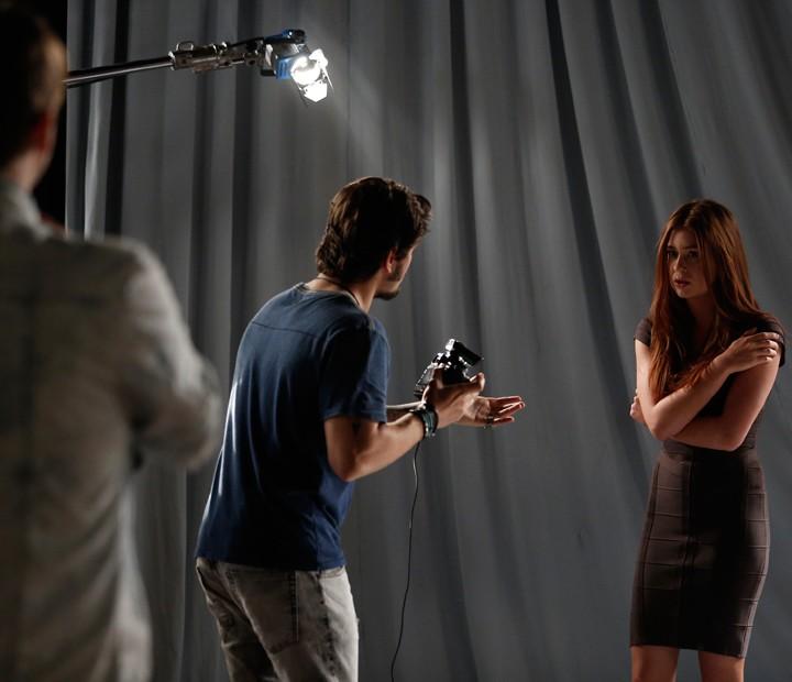 Eliza trava em ensaio fotográfico (Foto: Raphael Dias / Gshow)