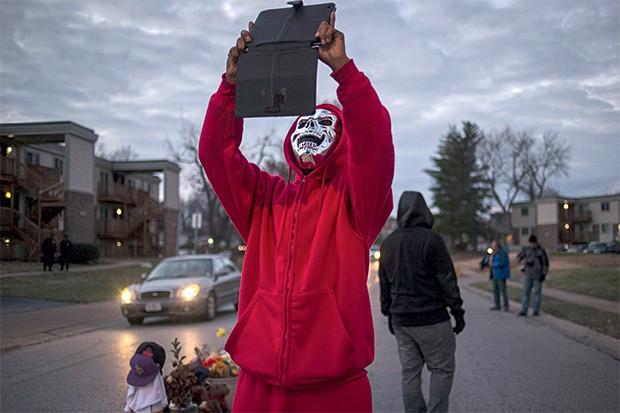 Protestos  de Ferguson | 2014 Imagens do policial Darren Wilson matando Michael Brown, um jovem negro, se espalharam nas redes sociais, levando os moradores da cidade do Missouri às ruas. Em novembro, Wilson foi absolvido e houve nova onda de protestos. O chefe de polícia da cidade foi demitido do cargo. (Foto: Adrees Latif/Reuters)