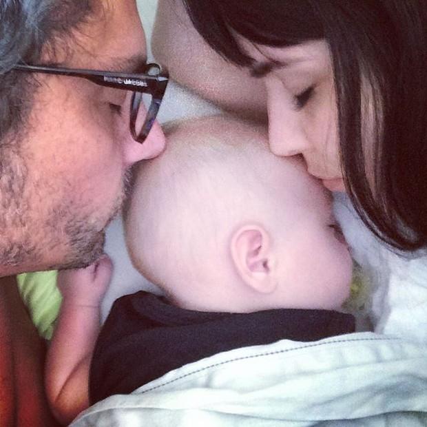 Alexandre Nero em foto fofíssima com a mulher, Karen Brustollin, e o filho (Foto: Instagram/Reprodução)