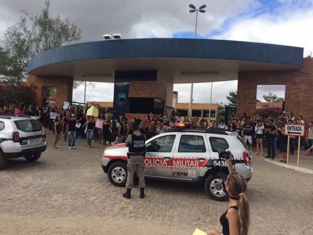 Os estudantes fecharam as entradas do campus da UFCG, em Cuité (Foto: Hortência Héllen / Arquivo Pessoal)