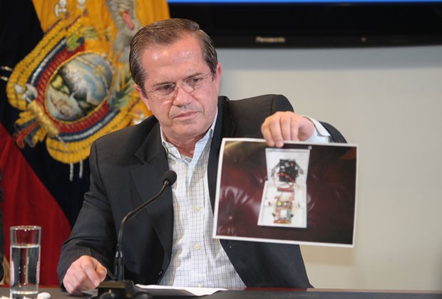 Patiño mostra foto do microfone encontrado na embaixada do Equador em Londres (Foto: Rodrigo Buendia/AFP)