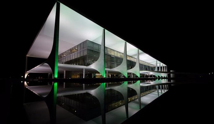 Planalto de verde em homenagem às vítimas da tragédia (Foto: Reprodução/Twitter)
