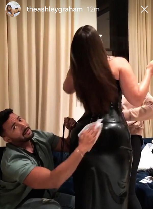 A modelo Ashley Graham recebendo o auxílio de seu assistente (Foto: Instagram)