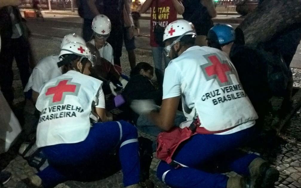 Mulher é atendida durante confusão em protesto no Centro do Rio (Foto: Carlos Brito/G1)