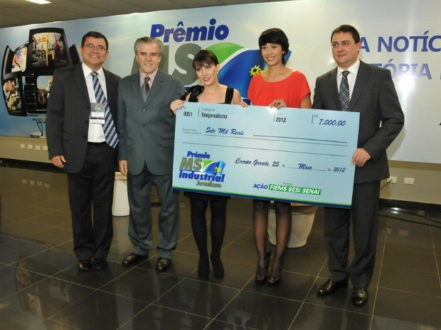 Equipe da TV Morena recebendo prêmio MS Industrial de Jornalismo (Foto: Divulgação/Fiems)