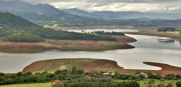 A represa Jaguari-Jacareí em Piracaia, interior de São Paulo. A represa é a maior do sistema Cantareira, que abastece a Grande São Paulo (Foto:  Luis Moura / Parceiro / Agência O Globo)