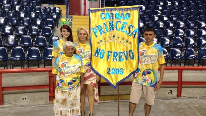 Diretoria do Cordão Princesa do Frevo comemora vitória no Carnaval de Fortaleza (Foto: Thaís Jorge)