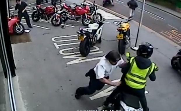 Funcionários afugentam a socos e empurrões ladrões de motos de luxo (Foto: Cortesia da loja In Moto, de Croydon.)