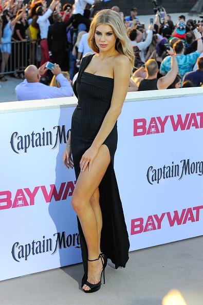 Charlotte McKinney concentra os flashes com fenda poderosa na première de Baywatch (Foto: Getty Images)