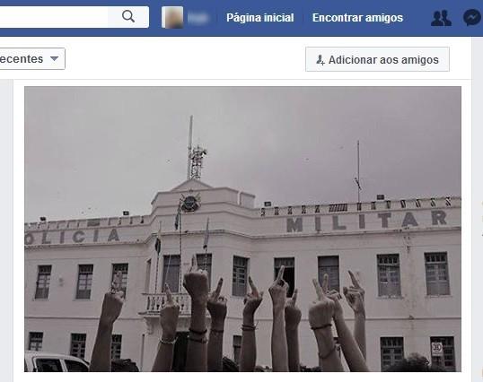 Foto de ativistas fazendo gesto obsceno com as mãos para quartel viralizou e PM deve acionar Justiça  (Foto: Reprodução/Facebook)