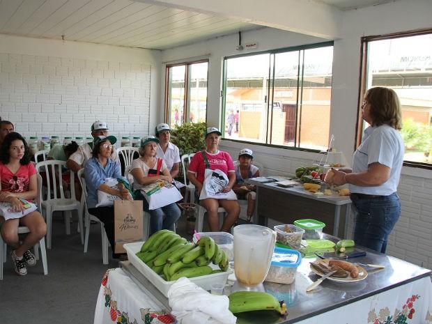 Oficina que ensina a fazer farinha de banana verde é outro local movimentado pelos mulheres (Foto: Franciele John/ G1)