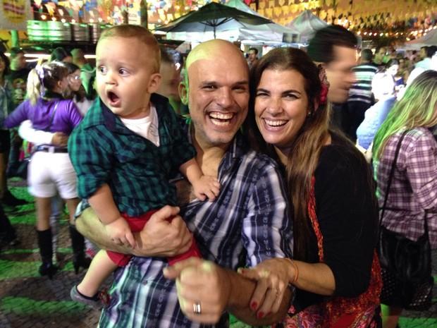 O ator Ricca Barros, Luciana Coutinho e o filho do casal, Lucca (Foto: Rafael Godinho)