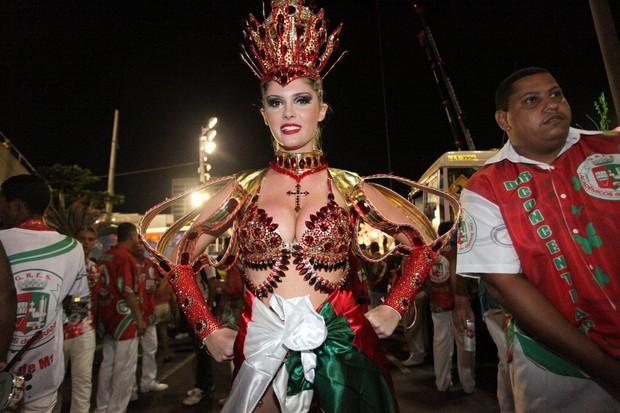 Barbara Evans na concentração da Grande Rio (Foto: Fernanda Cazaes/ Ag. News)