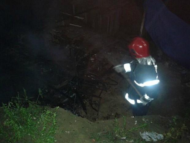 Incêndio destruiu residência de madeira (Foto: Divulgação/Corpo de Bombeiros)