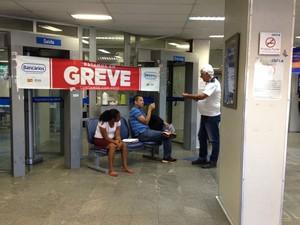 Caixa Econômica do Comércio está fechada (Foto: Natally Acioli/G1)