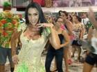 Gracyanne Barbosa investe em vestido decotado para cair no samba