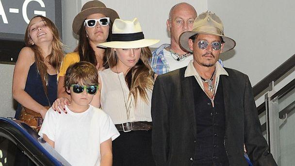 Quando não está interpretando um dos seus personagens excêntricos, Johnny Depp se dedica a ficar com seus dois filhos. (Foto: Divulgação)