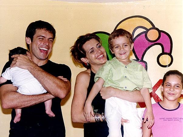 O ator ao lado da atual mulher,  Andréa Cristiane, dos filhos mais novos e de Rubia, que aparece novinha na foto (Foto: Reprodução)