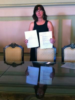 Filha de Rubens Paiva recebe documentos que comprovam a prisão do pai pela ditadura militar (Foto: Felipe Truda/G1)
