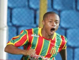 Atacante do Sampaio, Edgar, comemora gol no Estádio Nhozinho Santos, pela Copa do Brasil 2012, contra Atlético-PR (Foto: De Jesus/O Estado)