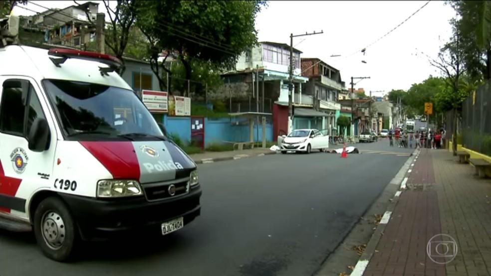 Ao fundo, ponto de ônibus onde criminosos foram mortos (Foto: Reprodução/TV Globo)