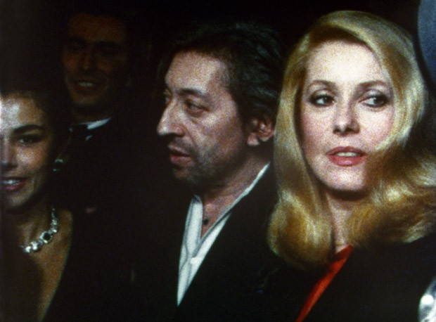 "FRANCE. Paris. Place Vendôme. October 1980.Photogram of the movie ""Reporters"".French singer Serge GAINSBOURG and French actress Catherine DENEUVE. Soirée CARTIER.  (Foto: MAGNUM PHOTOS)"