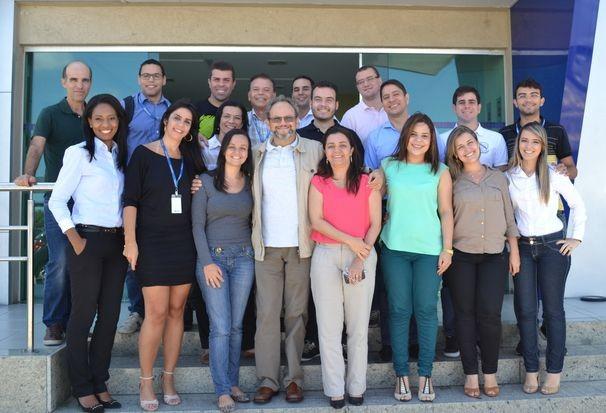 Ernesto Paglia aproveita para conversar com os profissionais da TV Sergipe (Foto: Divulgação / TV Sergipe)