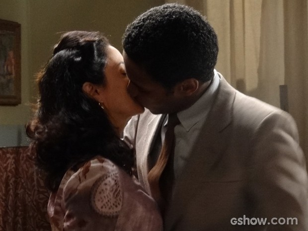Artur e Laura se beijam e têm primeira noite de amor (Foto: Joia Rara/TV Globo)
