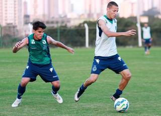 Rodrigo marca Robert durante treino esmeraldino (Foto: Rosiron Rodrigues/Goiás E.C.)
