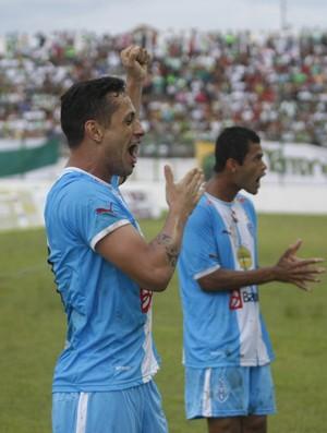 Eduardo Ramos comemora o segundo gol do jogo (Foto: Marcelo Seabra / O Liberal)