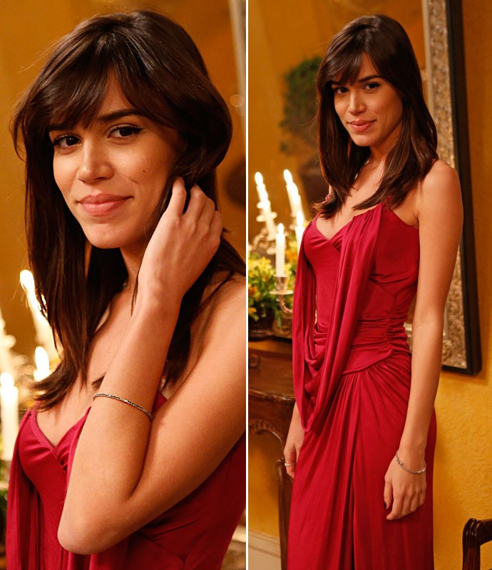 Helô opta por longo vermelho e fica linda com o modelito escolhido (Foto: Ellen Soares/Gshow)