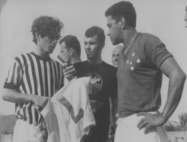 Garrincha entrega a Luizinho uma réplica da camisa da seleção (Foto: Arquivo Pessoal)