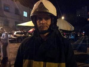 Capitão Marcos Palumbo, do Corpo de Bombeiros, espera encontrar a cabina do avião que caiu em Santos, SP (Foto: Rodrigo Martins/G1)