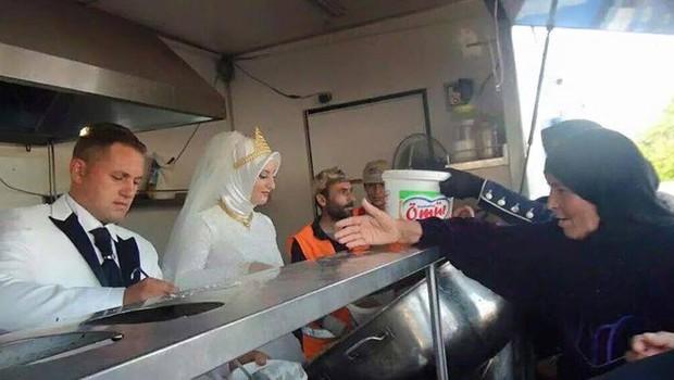 Casal entrega comida a convidados sírios (Foto: Reprodução/Twitter Kimse Yok Mu)