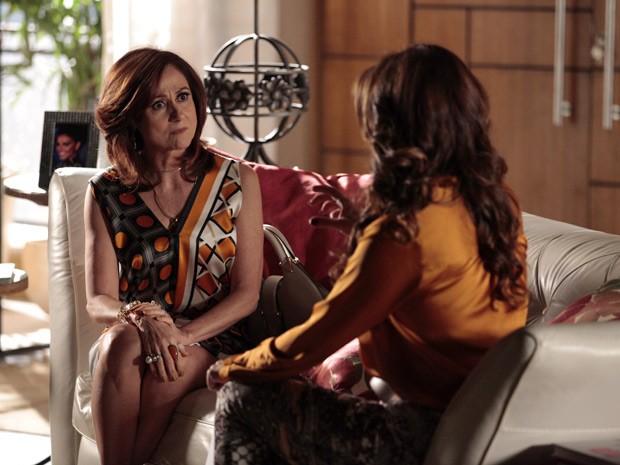 Berna conta para Helô que viu Wanda com Lívia em um café (Foto: Salve Jorge/TV Globo)