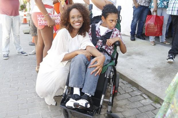 Isabel Fillardis levou o filho para a peça (Foto: Agnews/Roberto Filho)