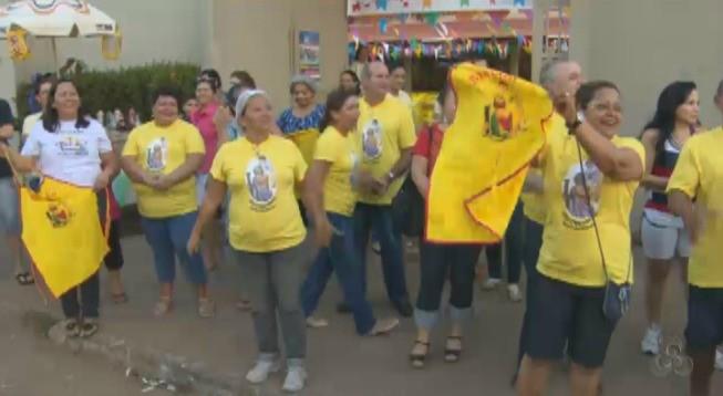 Fiéis esperando a chegada da imagem de São Cristovão (Foto: Reprodução/TV Rondônia)