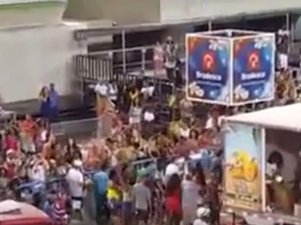 Pombos foram soltos na Sapucaí durante ensaio da Salgueiro (Foto: Reprodução / Youtube)