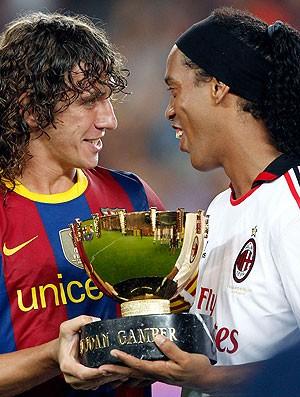 Ronaldinho é recebido com festa no Camp Nou em 2010 (Foto: Reuters)