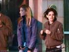 Kristen Stewart sai de barzinho com os joelhos machucados