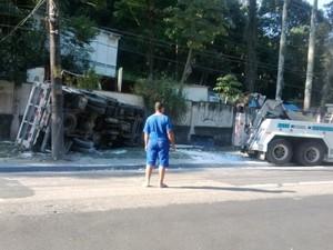Acidente na Grajaú-Jacarepaguá (Foto: Júlio Vieira Lopes)