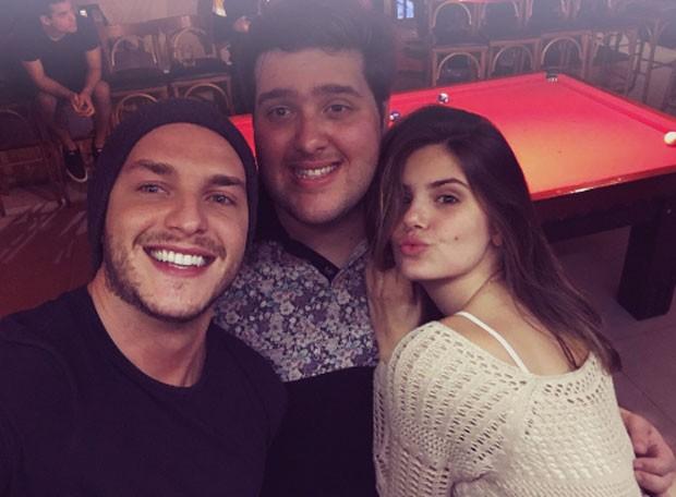 Camila Queiroz e Klebber Toledo com Felipe Hintze (Foto: Reprodução)
