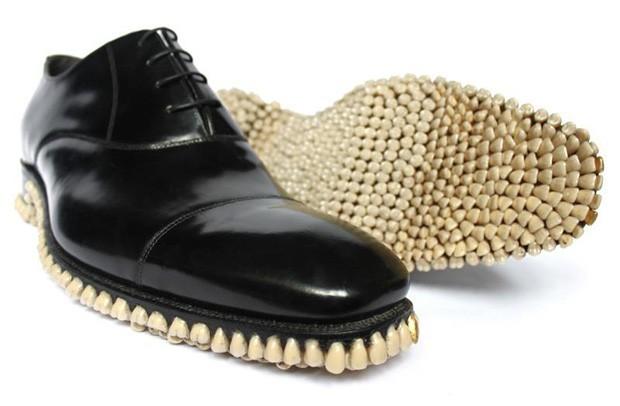 """O estúdio de arte inglês Fantich & Young produziu uma peça chamada """"Apex Predator Shoes"""" (sapatos do predador, em tradução livre). Trata-se de um sapato que tem a sola coberta por 1050 dentes que, de acordo com o site, são próteses. (Foto: Divulgação)"""