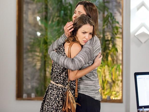 Laura estranha pedido de abraço de Úrsula (Foto: Fabiano Battaglin / Gshow)