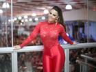 Viviane Araujo usa look justinho e transparente para cair no samba